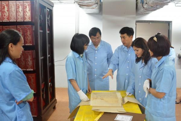 Cục trưởng Cục Hợp tác quốc tế (Bộ Văn hóa, Thể thao và Du lịch) Nguyễn Trùng Khánh tham quan kho tài liệu hành chính tiếng Pháp tại Trung tâm Lưu trữ quốc gia I